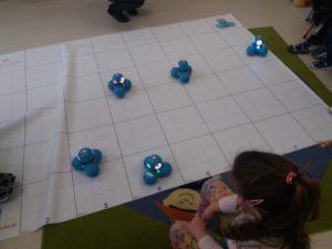 Zabawy edukacyjne z robotami w przedszkolu Frajda w Świdnicy