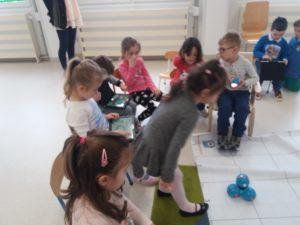 Zabawa i nauka z robotami Dash i Dot w Przedszkolu Frajda