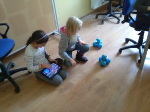 Roboty Dash iDot nazajęciach zprogramowania wSzkole Podstawowej Świebodzicach